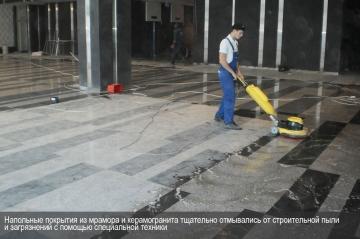 Напольные покрытия из мрамора и керамогранита тщательно отмывались с помощью специального оборудования