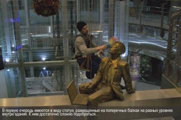 В первую очередь имеются ввиду статуи, установленные на поперечных перекладинах. До них тяжело добраться...