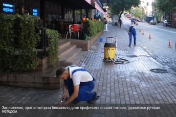 Загрязнения, против которых бессильна даже профессиональная техника, удаляются ручным методом