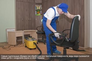 Самым тщательным образом они обработали все текстильные поверхности в консультационном центре, ведь сюда съезжаются семьи детей с синдромом Дауна со всей Украины