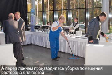 А перед ланчем производилась уборка ресторана для гостей