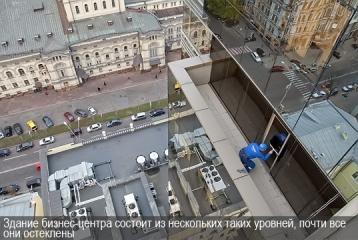Здание бизнес-центра состоит из нескольких таких уровней, почти все они остеклены