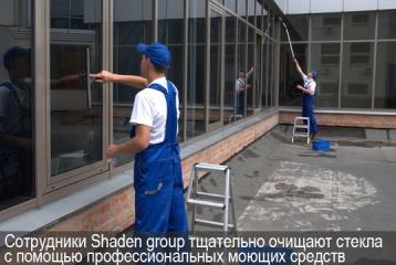 Сотрудники Shaden group очищают окна с помощью профессиональных моющих средств