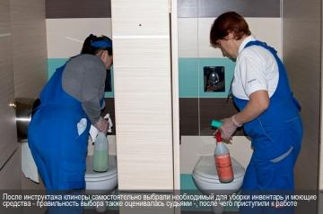 После чего клинеры подобрали необходимый инвентарь и чистящие средства и приступили к работе
