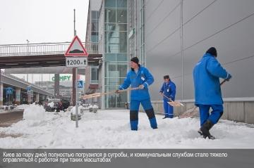 Киев за пару дней погрузился в сугробы и коммунальным службам стало тяжело справляться с масштабами работы